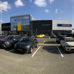 Autosalon Renault a Dacia v Brně postavený firmou Gremis